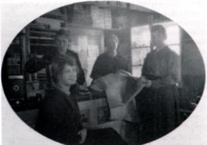 Farfars kusin Klara i sin farbrors affär.